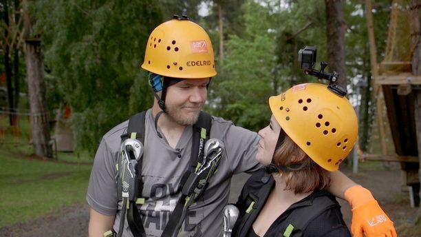 Ensitreffit alttarilla -pariskunta tutustuu seikkailupuistoon.