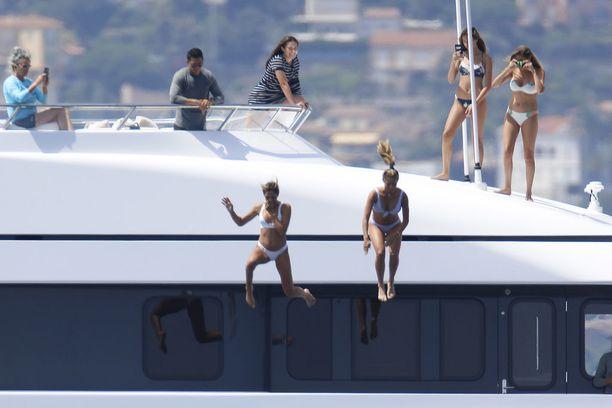 Sophia ja Sistine hyppäsivät jahdista mereen uimaan.