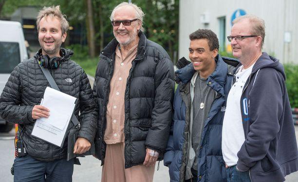 Ohjaaja Samuli Valkama, näyttelijät Heikki Nousiainen ja Noah Kin sekä tuottaja Rimbo Salomaa kuvaavat Saattokeikka-elokuvaa Helsingin seudulla.
