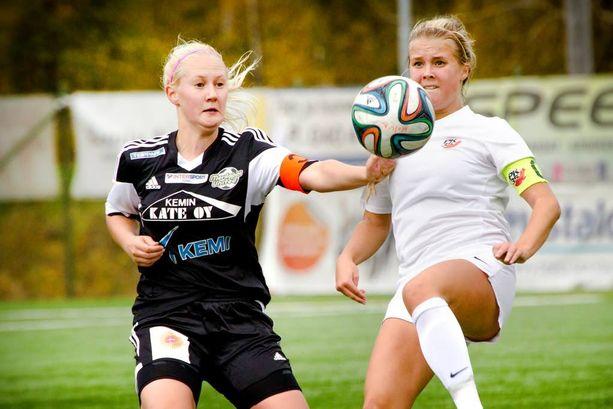 Amanda Rantanen (oik.) vauhdissa syksyllä 2014 Merilappi Unitedia vastaan. Rantanen oli PK-35:n B-tyttöjen kapteeni.