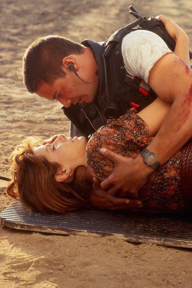Keanu Reevesin kanssa elokuvassa Speed - Kuoleman kyydissä, vuonna 1994.