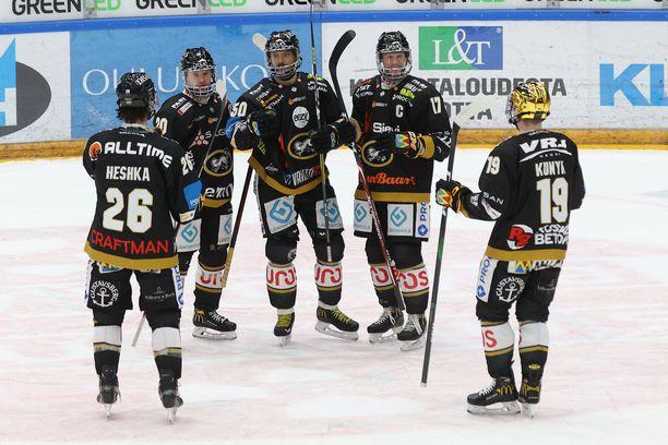 Juhamatti Aaltonen (keskellä) saa onnittelut 2–0-maalistaan.