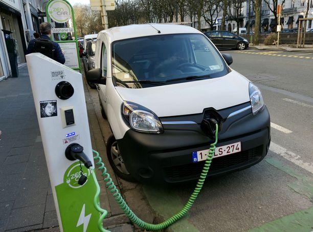 Tutkijoiden mukaan autojen tuottamista hiilidioksidipäästöistä päästään irti vasta siinä vaiheessa, kun siirrytään kokonaan täyssähköautoihin. Tällöinkin liikenteen kokonaispäästöt riippuvat siitä, kuinka autoissa käytetty sähkö on tuotettu.
