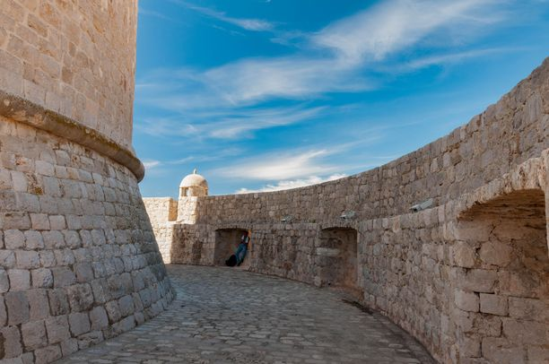 Minčeta-torni kuvattiin Game of Thronesissa ovettomana. Daenerys yritti päästä torniin sisälle saadakseen lohikäärmeensä takaisin.