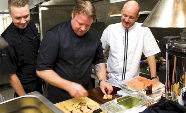 Hans Välimäki ja Masun keittiön vuoromestari Mikko Nilosaari (vas.) seuraavat Kimmo Jylhän työskentelyä.