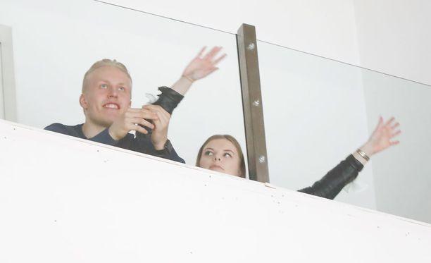Patrik Laine ja Sanna-Mari Kiukas seurasivat Tapparan ja HIFK:n playoff-vääntöä Hakametsässä.