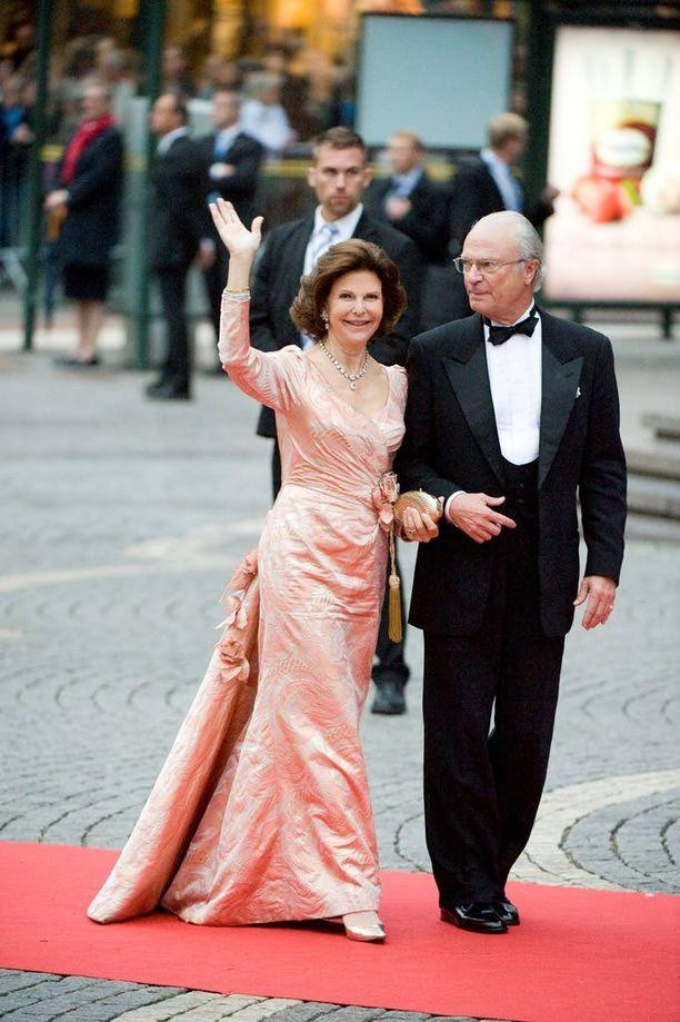 Yhtä juhlaa. Silvia ja Kaarle Kustaa astelivat upeina kruununprinsessa Victorian ja prinssi Danielin vihkiäisten aaton illallisille 18.6.2010. Nuorella parilla tuli sama hääpäivä 19.6.