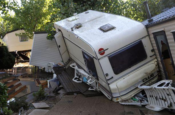 Uutistoimisto AP kuvasi sunnuntaina tulvan tuhoja lähellä Cannesia.