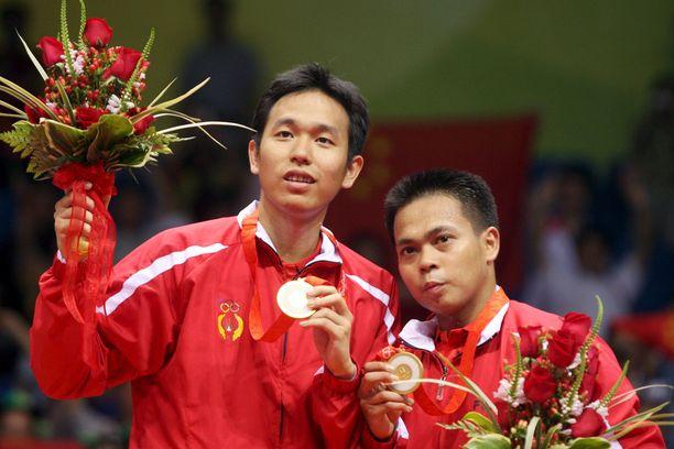 Markis Kido (oik.) haki parinsa Hendra Setiawan kanssa Pekingistä sulkapalloilun nelinpelin olympiakultaa.