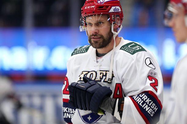 Markus Kankaanperä nujakoi Pelicansin Taavi Vartiaisen kanssa.