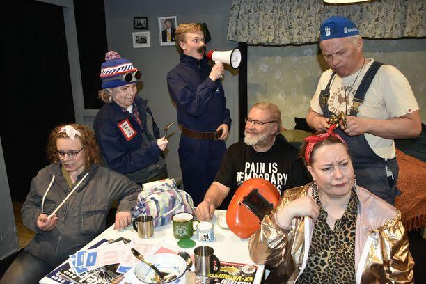 Miia Kolehmainen, Heta Ravolainen-Rinne, Severi Joukainen, Eki Toivanen ja Vesa Parkkinen (oik.) sekä Eija Willman (edessä) esittävät italialaisen farssin Mäntsälässä.