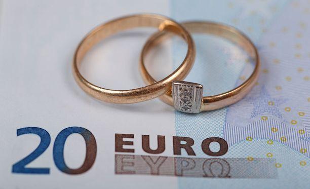 Seksologian asiantuntija Tarja Santalahti ei usko, että ihmiset menevät uudelleen naimisiin vain rahan vuoksi.