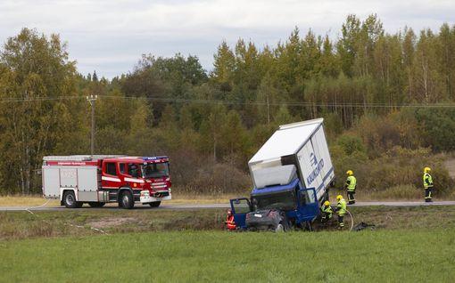 Vakava kuolonkolari Kotkassa: Henkilöauto jäi puristuksiin kuorma-auton alle, valtatie suljettiin