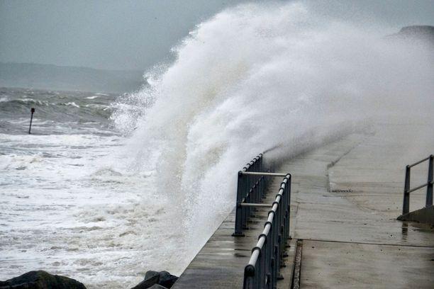 Tuuli puhaltaa aaltoja kadulle myös Etelä-Englannissa.