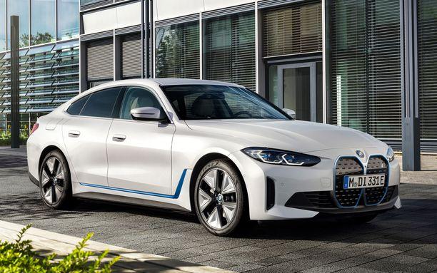 Uusi i4 on näyttävän näköinen Gran Turismo. Sininen raita kyljessä paljastaa sähköisyyden.