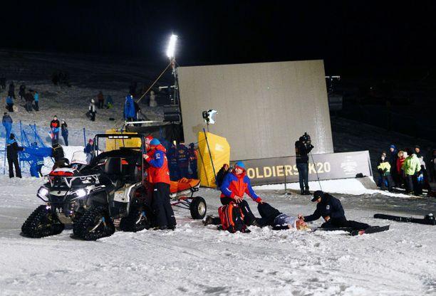 Hangessa makaava Elias Syrjä loukkaantui big airin maailmancupin osakilpailussa 29. helmikuuta Tshekissä.
