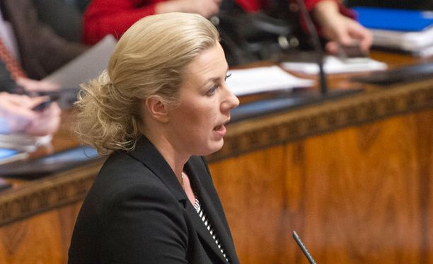 """Valtiovarainministeri Jutta Urpilainen (sd) vakuutti, että sopimus on """"mahdollisimman julkinen""""."""