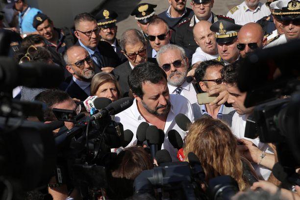 Matteo Salvini käväisi siirtolaisten vastaanottokeskuksessa Sisiliassa.