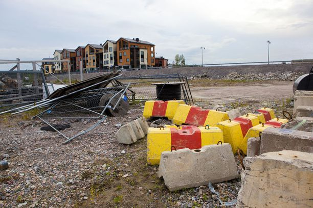 Asukkaat ovat toivoneet alueen pikaista siistimistä. Kuva on neljän vuoden takaa, mutta juuri mitään maisemointia ei ole tapahtunut tänäkään päivänä.