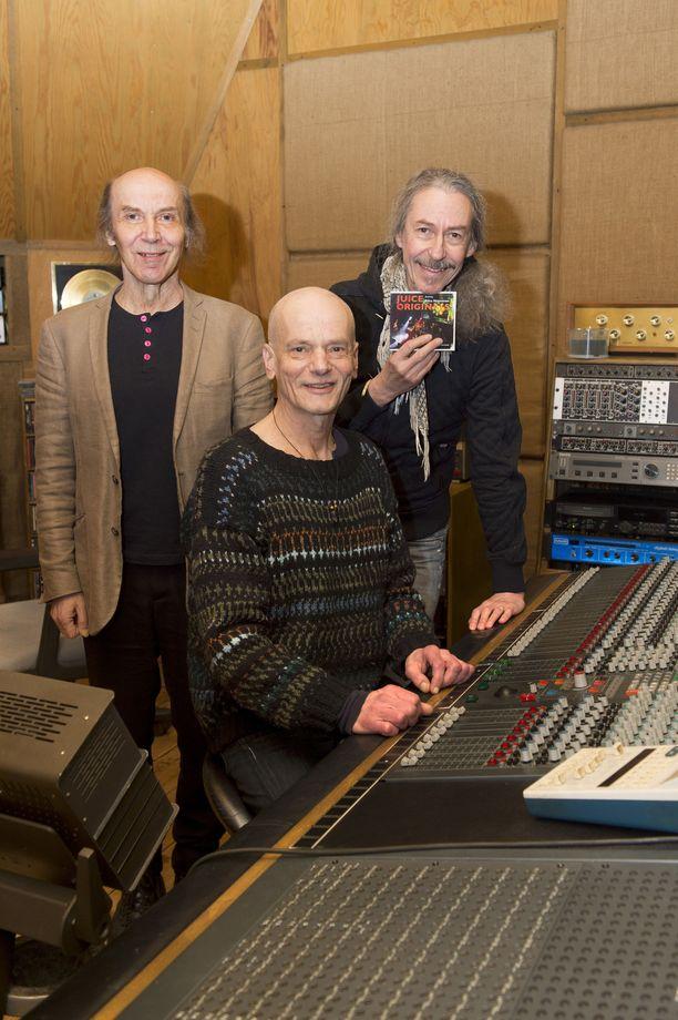 Juice Originals -yhtyeen ja Riku Niemisen kiertue starttaa Jyväskylästä, ja vierailee maalis–huhtikuussa yhteensä kymmenessä kaupungissa. Kuvassa Safka Pekkonen (vas.), Juuso Nordlund ja Anssi Tikanmäki poseeraavat Tampereen kuuluisalla JJ-studiolla.