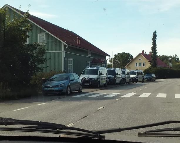 Poliisioperaatioon osallistui Iltalehden saamien tietojen mukaan ainakin viisi autollista poliiseja sekä lisäksi useampi merkkaamattomalla henkilöautolla paikalle tullut poliisi.
