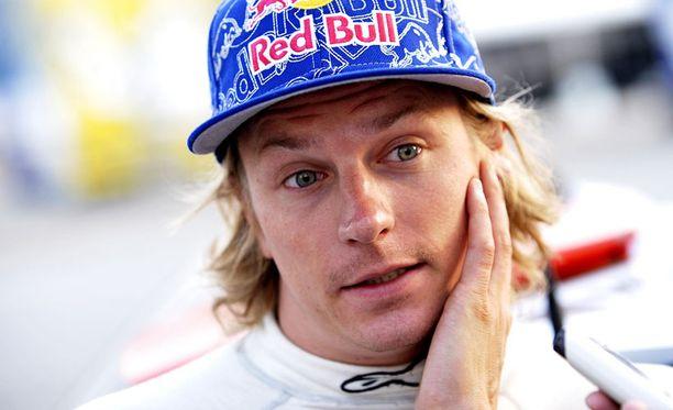 Kimi Räikkönen vieraili tallinsa päämajassa Enstonessa.