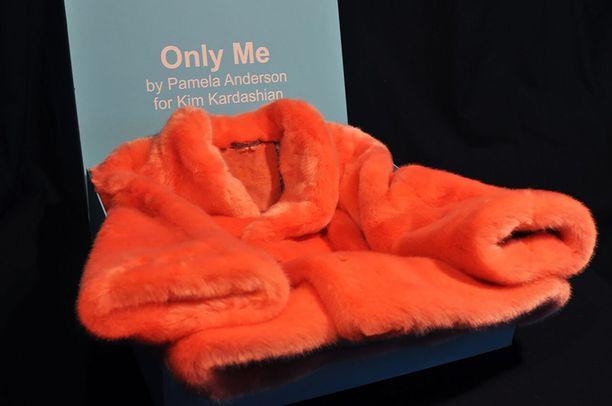 Tämän takin Kim Kardashian saa Pamela Andersonilta.