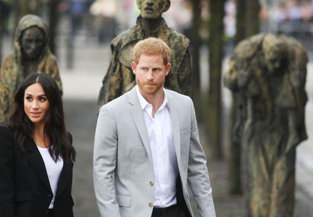 """Prinssi Harry ja Meghan menettävät kuninkaalliset tittelinsä hovista lähtemisen jälkeen. Yksi mielenkiintoinen yksityiskohta asiassa on se, että kun aiemmin Harrylle ei saanut hovin etiketin mukaan jutella, jatkossa häneen suhtauduttaisiin esimerkiksi Suomen lomalla kuin """"keneen tahansa"""" julkkikseen: eli esimerkiksi selfieiden ottaminen olisi sallittua - jos siis Harry ja Meghan suostuisivat sellaiseen."""