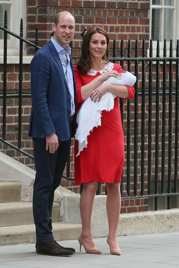 Catherine kunnioitti vaatevalinnallaan prinsessa Dianan muistoa. Catherinella oli yllään samanlainen asu kauluksen väriä myöten kuin prinsessa Dianalla vuonna 1984, kun hän lähti sairaalasta Harry sylissään.