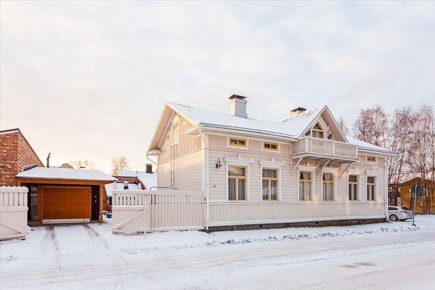 Tämä vuonna 1890 rakennettu hirsirunkoinen talo sijaitsee Oulun Pikisaaressa.