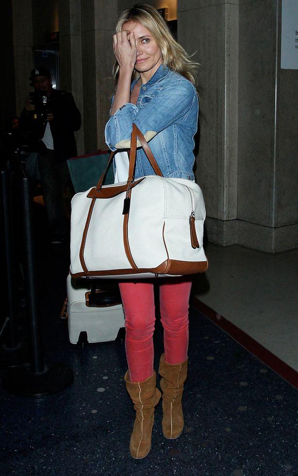 Cameron Diaz matkusti vaaleassa denimissä.
