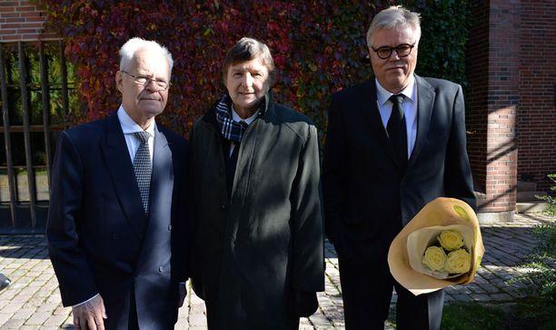 Säveltäjä ja muusikko Esa Nieminen (oik.) sekä Metsäkedon Four Cats -kollegat Kai Lind (kesk.) ja Pentti Lasanen (vas.) kuuluivat hautajaisvieraisiin.