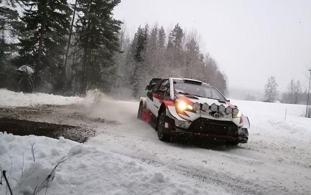 Kalle Rovanperä pääsi kääntämään Toyota Yaris WRC -autoa Keski-Suomen lumella.