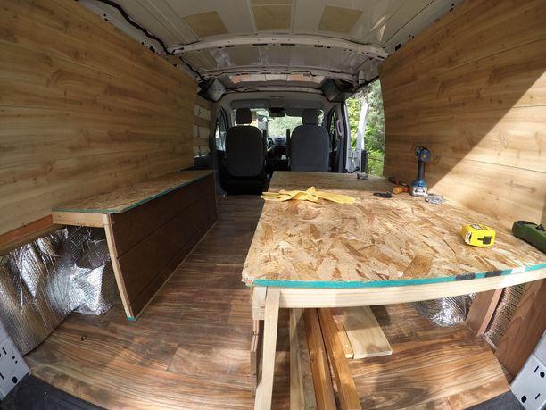 Anna French muutti pakettiauton minisasunnoksi äitinsä kanssa.
