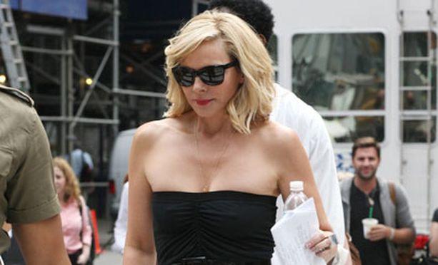 Oooh, Samantha is back! Kim Cattral näytti tyrmäävältä olkaimettomassa pikkumustassa, jota piristivät siniset avokkaat.