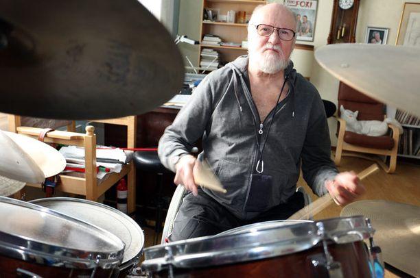 Eläkkeellä oleva muusikko Raimo Oksa menetti molemmat jalkansa tulehduksen seurauksena. Rumpujen soitto sujuu, mutta autoileminen tuottaa hankaluuksia.