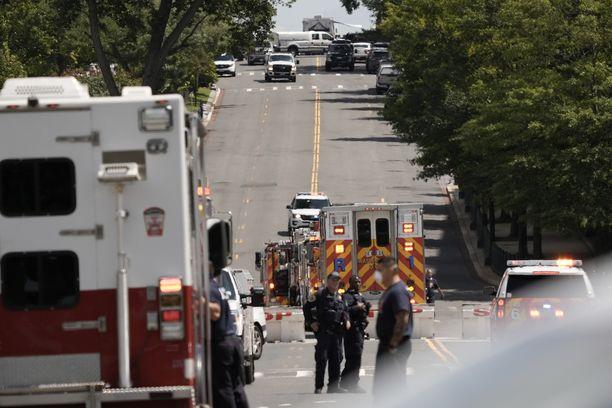 Capitolin ympäristössä oli pommiuhan takia massiivinen määrä viranomaisia, kuten poliiseja, FBI:n agentteja ja pelastustyöntekijöitä.