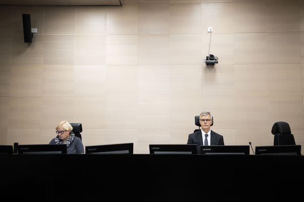 Oikeudenkäynnissä Pohjois-Karjalan käräjäoikeudessa Joensuussa käsiteltiin tiistaina vauvansa pakastaneen pariskunnan tapausta. Kuvassa käräjäsihteeri Minna Vetola ja käräjätuomari Lasse Palsio.
