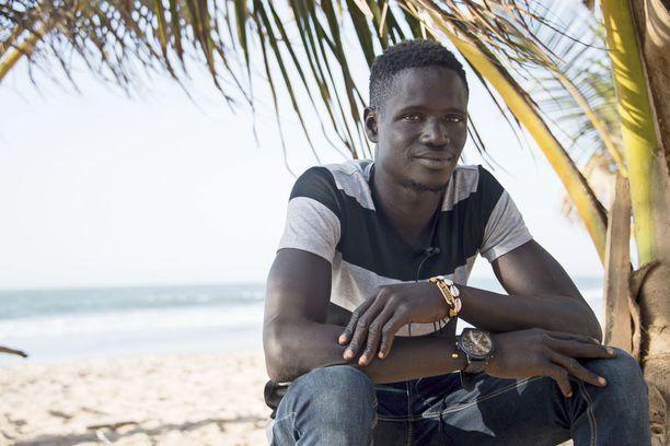 25-vuotias Lamin on hankkinut elantonsa turistirannoilta kahden vuoden ajan. Hän pyrkii avustamaan turisteja erilaisilla palveluksilla. Joskus kohtaamiset johtavat seksiin hotelleissa.
