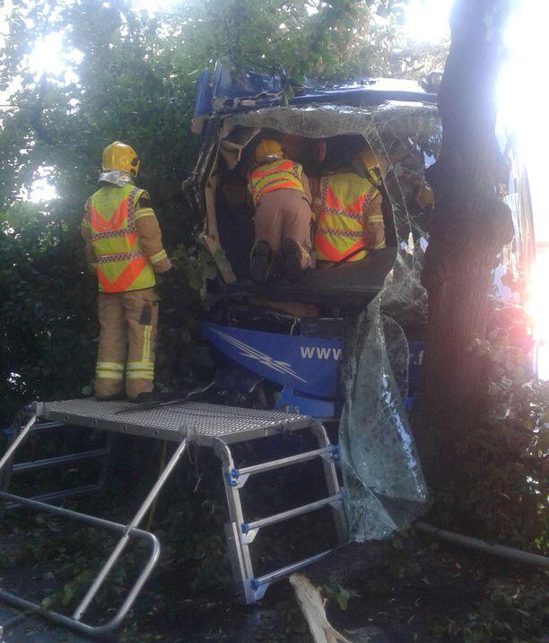 Pelastuslaitoksen mukaan kuljettaja loukkaantui vakavasti ja 16 matkustajaa lievästi.