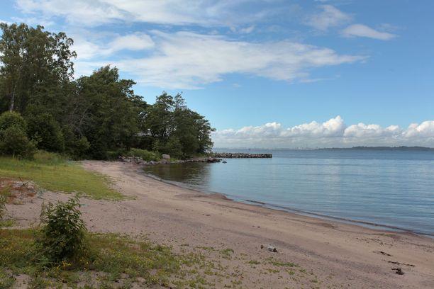 Saarelta löytyy hieno hiekkaranta.