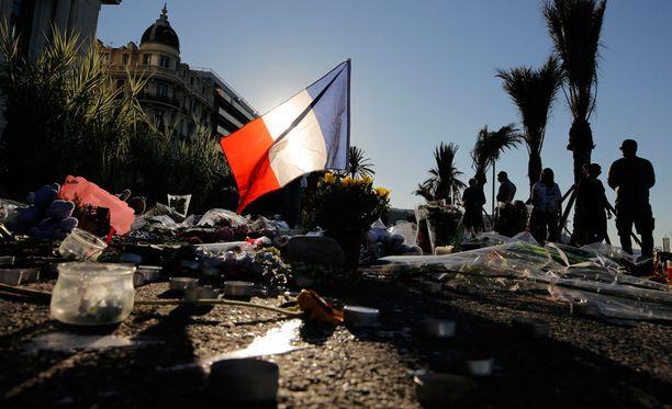 Nizzan Boulevard des Anglaisilla muistetaan kuorma-autoiskun uhreja.