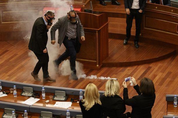 Poliisit poistivat kyynelkaasukanisterin istuntosalista neljännen kerran.