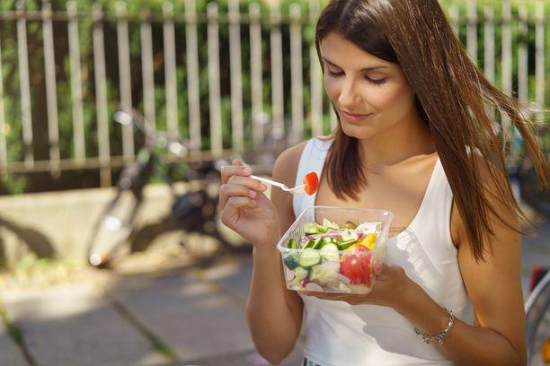 Yksi keino tottua normaaleihin ateriakokoihin on käyttää tietyn kokoisia purkkeja ja syödä vain siihen mahtuva määrä terveellistä ruokaa.