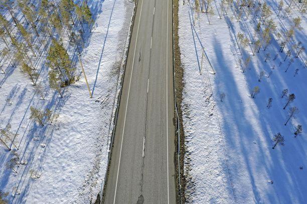 Poliisi toivotti Savonlinnan alueella tiellä liikkujille varovaisuutta. Kuvituskuva.