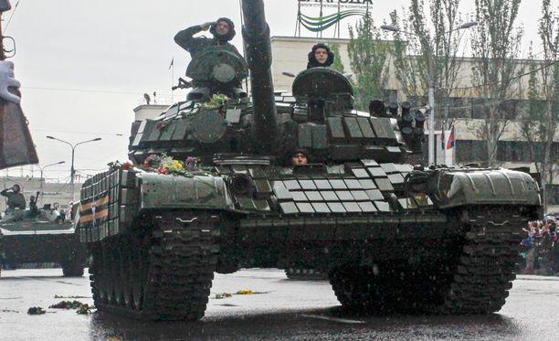 Ukrainan separatistit esittelivät sotilasvoimaansa Vointonpäivän päraatissa Donetskissa toukokuun 9. päivä.