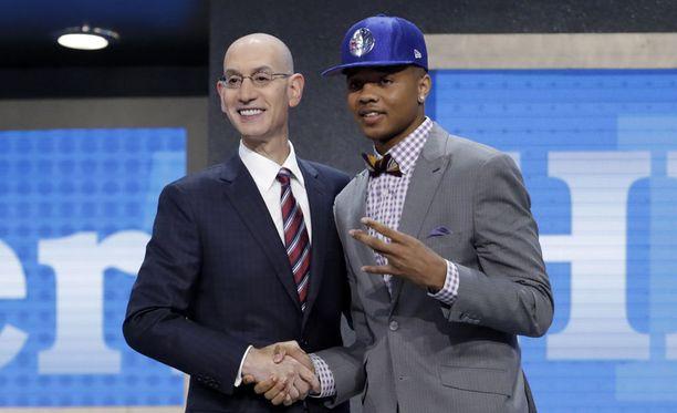 Markelle Fultz poseeraa NBA:n komissaari Adam Silverin kanssa sen jälkeen, kun Silver julisti hänet NBA:n varaustilaisuuden ensimmäiseksi varaukseksi.