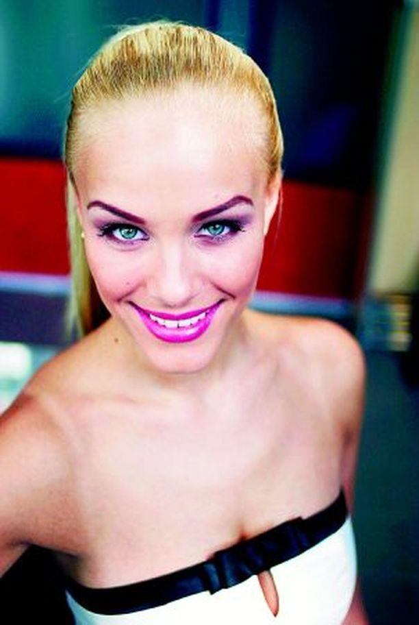 Elina Nurmi voi ruskettua vapaasti kesällä. – Vaaleampi ihonväri on nyt muodissa, mutta se ei ole minulle ongelma, sillä kesällä ei ole niin paljoa mallintöitä.