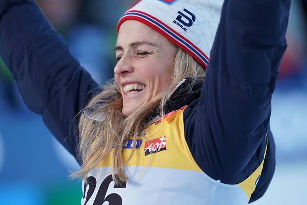 Hiihtäjä Therese Johaug on tällä kaudella voittanut seitsemän kilpailua seitsemästä, mutta silti naisen palkkapussi on kevyempi kuin ampumahiihtäjät Kaisa Mäkäräisellä.