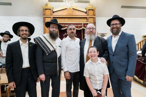 Hasidijuutalaiset käyvät kolmesti päivässä rennoissa jumalanpalveluksissa. Arman pääsee tutustumaan yhteisön rituaaleihin.